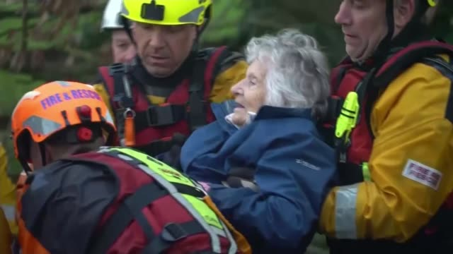 flooding continues to cause misery across the country; england: herefordshire: ext elderly woman helped from boat after being rescued from flooded... - herefordshire bildbanksvideor och videomaterial från bakom kulisserna