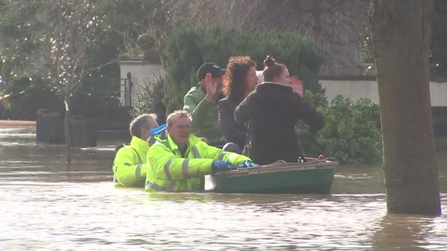 floods in hereford; england: herefordshire: hereford: ext various shots of flooded street with houses / emergency workers along through flood water... - herefordshire bildbanksvideor och videomaterial från bakom kulisserna