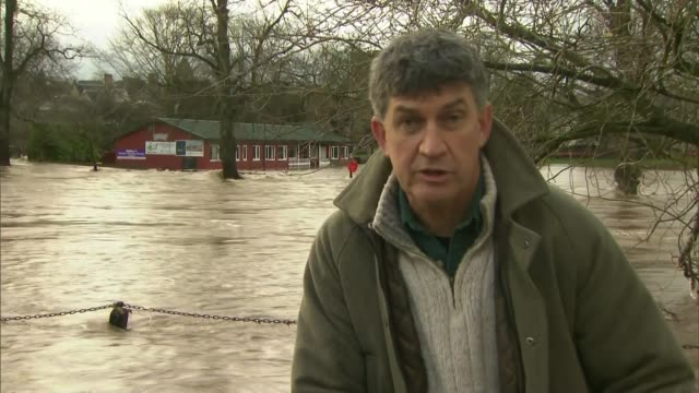 flooding in cumbria appleby pan flooded road flood waters flowing along neil dawson interview sot reporter to camera pan flooded river eden flowing... - カンブリア州点の映像素材/bロール