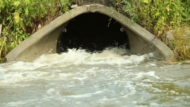 vídeos de stock, filmes e b-roll de culvert com maravilhosas de drenagem de água - drenagem