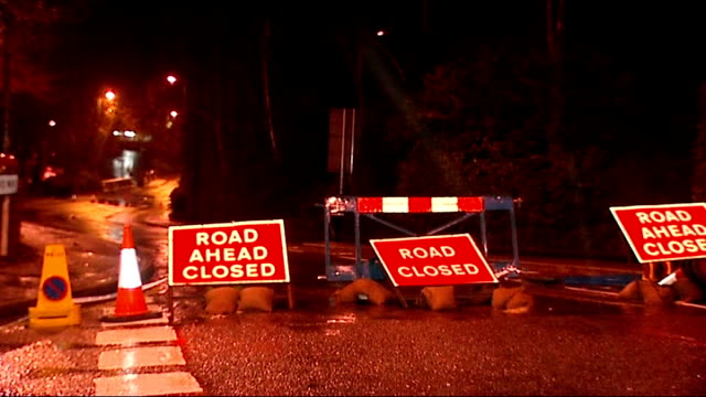 night shots of alton; england: hampshire: alton: ext / night signs 'road closed' in road / 'molseon coor' brewery sign on wall / people along road /... - road closed englisches verkehrsschild stock-videos und b-roll-filmmaterial