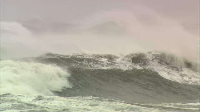ws storm ocean waves, astoria, oregon, usa - pazifik stock-videos und b-roll-filmmaterial