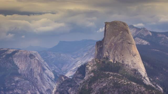 Sturm, die Rollen in etwa Half Dome, Yosemite-Nationalpark - Zeitraffer
