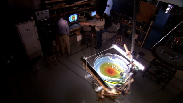 vidéos et rushes de a storm simulator machine spins quickly in a laboratory. - université de washington