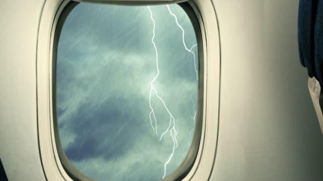 vidéos et rushes de tempête à travers de la fenêtre de l'avion - accident de transport