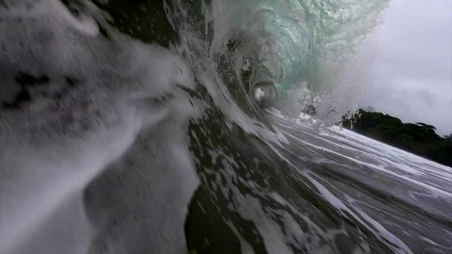 vídeos de stock, filmes e b-roll de storm wave - tubo de ondas