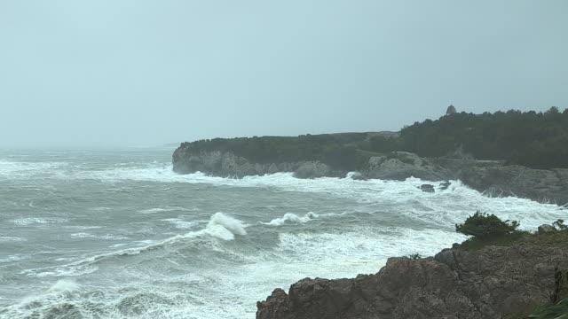 storm waves from hurricane irene crash into the rocky coastline in jamestown, rhode island. - jamestown stock-videos und b-roll-filmmaterial
