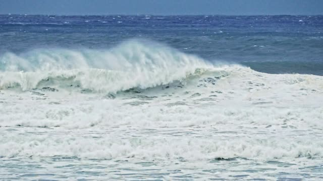 storm vågor i slow motion med höga vindar - vik vatten bildbanksvideor och videomaterial från bakom kulisserna