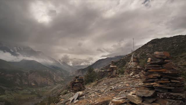 t/l stormy cloud over ngawal cairn, himalayas - 足根点の映像素材/bロール