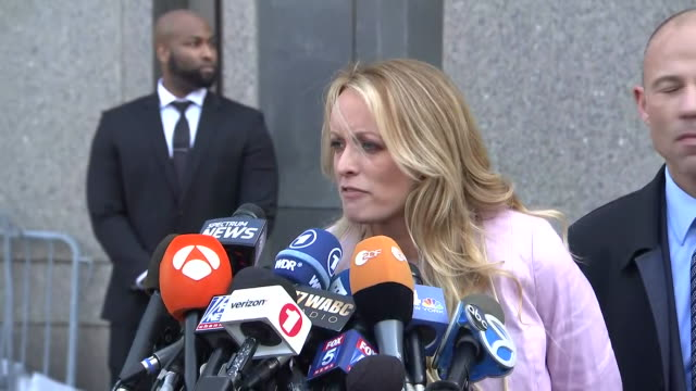 vidéos et rushes de stormy daniels making a statement after a hearing regarding the raid of donald trump's attorney, michael cohen, and the information obtained during... - united states and (politics or government)