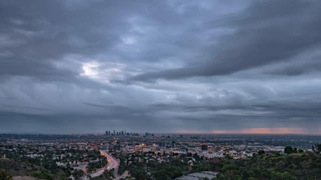 vídeos de stock, filmes e b-roll de tempestuoso los angeles procurando de hollywood - hollywood califórnia