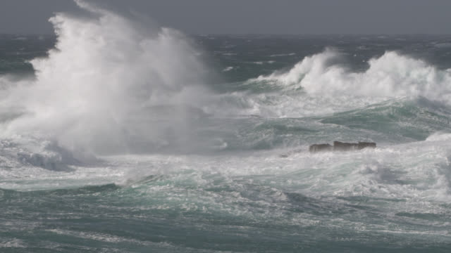 stormy sea crashes onto rocky shore, cornwall, uk - roh stock-videos und b-roll-filmmaterial