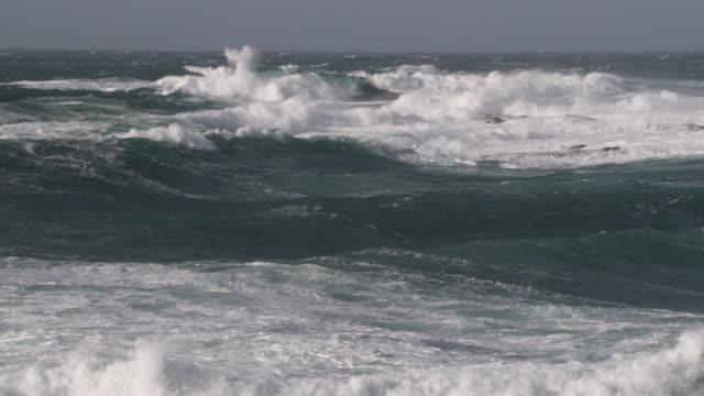 vídeos y material grabado en eventos de stock de stormy sea crashes onto rocky shore, cornwall, uk - cornwall inglaterra