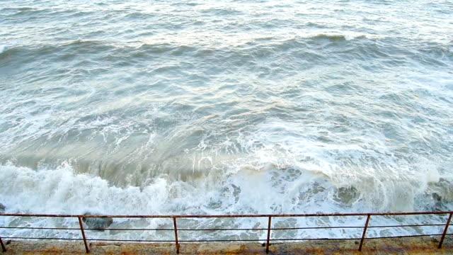 vídeos de stock, filmes e b-roll de tempestuoso mar ondas - quebra mar
