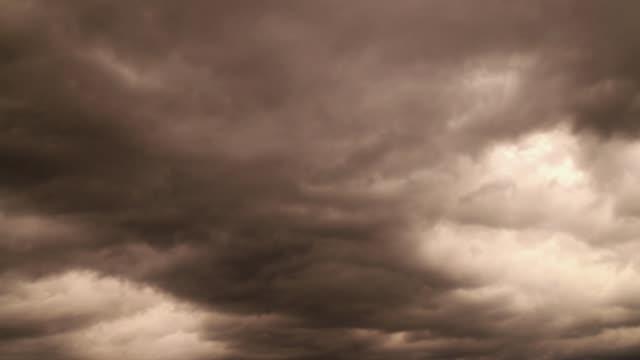 vídeos de stock, filmes e b-roll de céu tempestuoso - greve