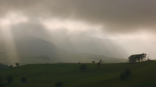 vidéos et rushes de vue sur une colline orageux - ciel changeant