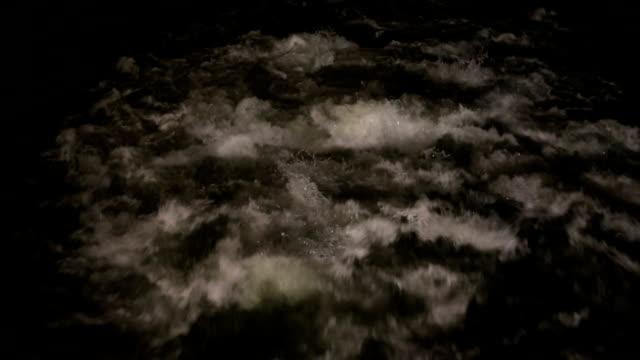 vídeos de stock, filmes e b-roll de água gelada à noite - movimento perpétuo