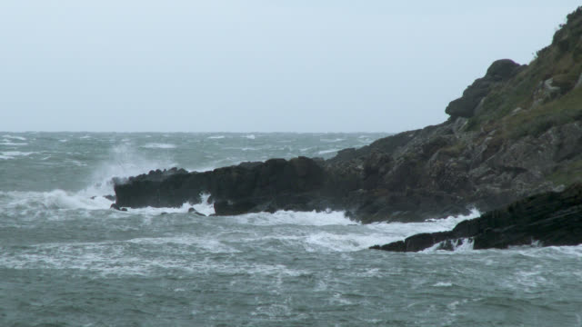 vídeos y material grabado en eventos de stock de olas tempestuosas en escocia del oeste del sur - johnfscott