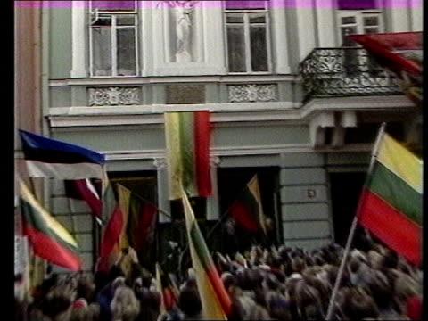 story 1; ext/feb 89 lithuania: vilnius seq anti-communism demos gathered in town square - 反共産主義デモ点の映像素材/bロール