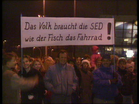 vidéos et rushes de story 1 itn lib nov 89/ night east germany leipzig seq mass prounification demos with banners - 1980 1989