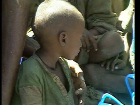 vidéos et rushes de story 2 ethiopia lms crowds of children pan rl as some queueing up at korem feeding station wollo province ms children and elders forming queue as... - korem