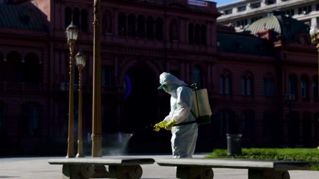 vídeos de stock e filmes b-roll de argentina under total quarantine to curb coronavirus on march 20, 2020 in buenos aires, argentina. - argentina