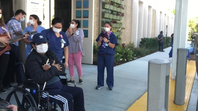 vidéos et rushes de recovered coronavirus patient reunites with family after 5 weeks in the hospital. isaias perez yanez was released from sharp coronado hospital after... - rétablissement