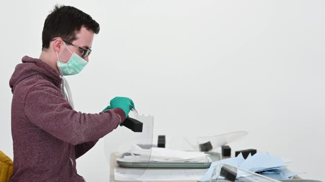 royal mint manufactures medical visors for nhs staff treating coronavirus. engineers at the royal mint, who are best known for manufacturing coins,... - 王立鋳貨局点の映像素材/bロール