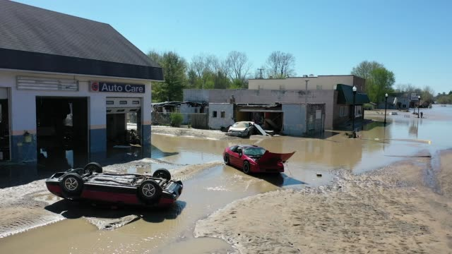 two dams on the tittabawassee river in michigan burst flooding the towns of midland and sanford thousands of residents have been ordered to evacuate... - extreme weather stock videos & royalty-free footage