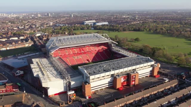 vídeos de stock e filmes b-roll de views of anfield as football remains suspended due to coronavirus on april 20 2020 in liverpool england - liverpool inglaterra