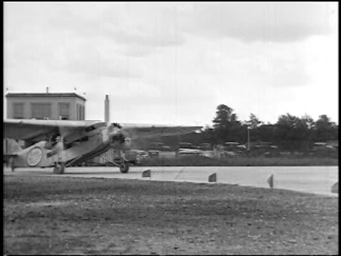 stockvideo's en b-roll-footage met b/w 1927 pan stout air lines airliner taxiing on tarmac / newsreel - 1927