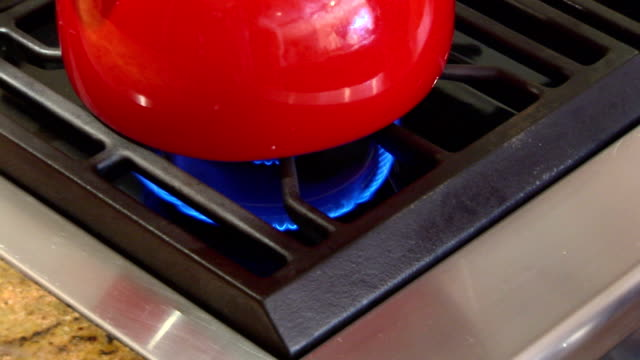 vídeos de stock, filmes e b-roll de stove burner and kettle - equipamento doméstico