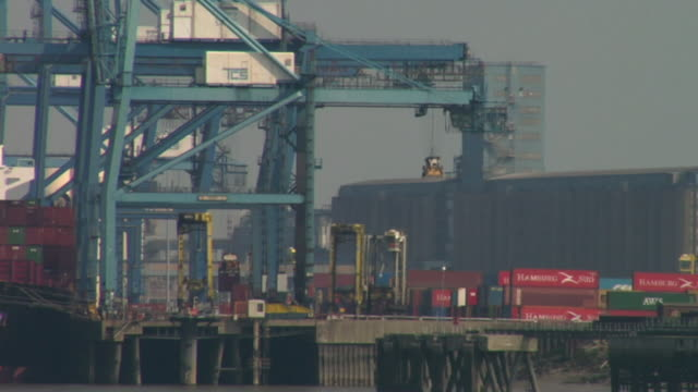 cu, straddle carriers by container ship at tilbury docks / tilbury, essex, england - straddle carrier stock videos & royalty-free footage