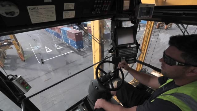 vídeos y material grabado en eventos de stock de straddle carriers move in between shipping containers overhead view inside a straddle carrier cabin with operator at controls overhead view inside... - pórtico automotor