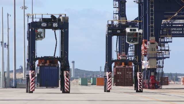 vídeos y material grabado en eventos de stock de straddle carriers stand in a row at terminal 3 of port botany operated by sydney international container terminals ltd a subsidiary of hutchison port... - pórtico automotor