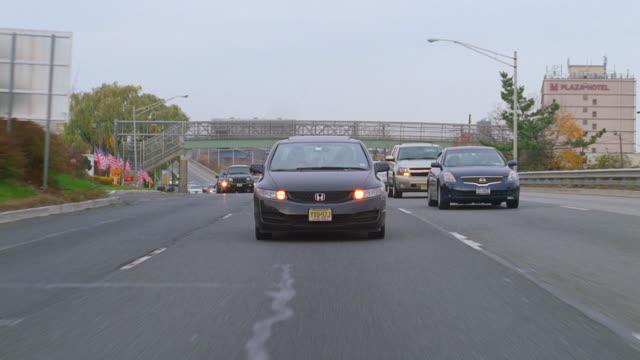 straight back driving plate on nyc freeway - 乗物後部から見た視点点の映像素材/bロール