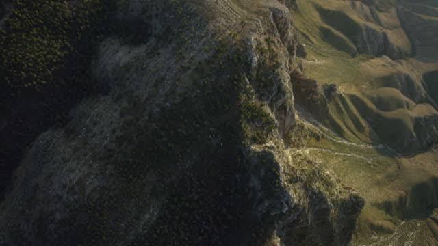 vídeos de stock e filmes b-roll de straight down aerial view of mountain ridgeline in guadalupe mountains national park, texas, united states of america - sudoeste dos estados unidos