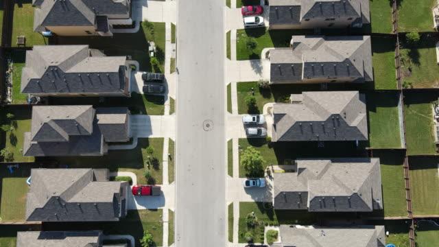 近所の両側の真ん中にまっすぐ下に - 貸し付け点の映像素材/bロール
