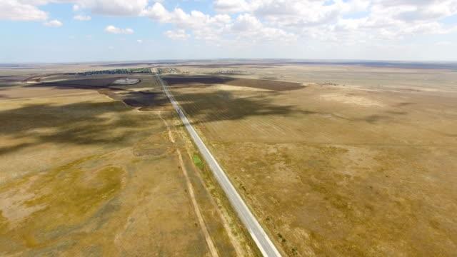 平野谷を通って空中: まっすぐな道 - 無人航空機点の映像素材/bロール