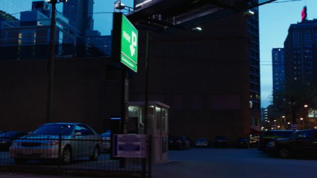 vidéos et rushes de straight side (passenger) process downtown chicago, il buildings - night - driving plate image animée
