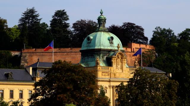 strakova akademie in prague, czech republic - stare mesto video stock e b–roll
