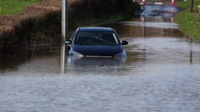 vídeos de stock e filmes b-roll de a stranded car in flood water near colyford devon the uk's week of miserable weather looks set to continue as it prepares to be struck by a... - devon