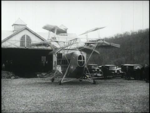 vídeos y material grabado en eventos de stock de b/w strange flying machine with rotating blades taxiing toward camera - invento