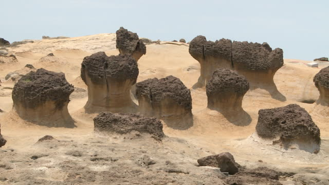 vidéos et rushes de strange shaped rocks at beach in yeliu, taiwan - strate géologique