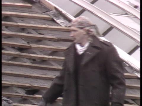 strangeways prison siege: day 17; england: manchester: strangeways prison: prisoner along on roof slipping & gesturing that he had been taking drugs;... - 1日目点の映像素材/bロール