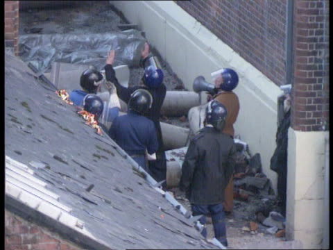 the tactics; day 3 riot officers trying to talk to prisoners prisoners into cherry picker as surrender - 3日目点の映像素材/bロール