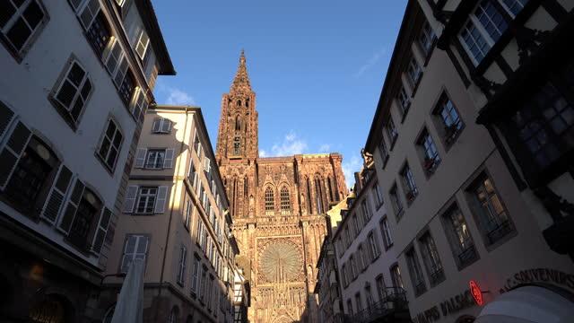 vidéos et rushes de cathédrale de strasbourg de la ville et façade des maisons typiques de france. - cathédrale