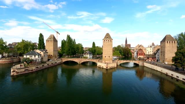 straßburg in frankreich/überdachte brücke - überdachte brücke brücke stock-videos und b-roll-filmmaterial