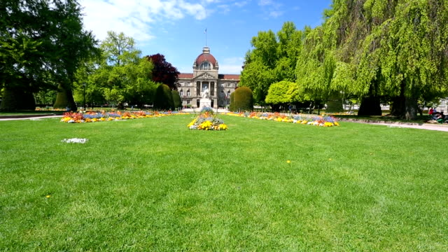 vidéos et rushes de strasbourg. parc avec bâtiment dans le fond de la cour - strasbourg