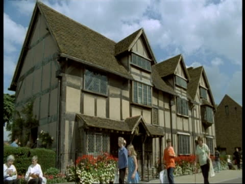 stratford-upon-avon - ms tourists outside tudor house (birthplace of william shakespeare) - william shakespeare stock videos & royalty-free footage